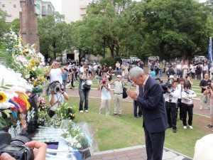 長崎原爆爆心地で献花する川野原水禁議長